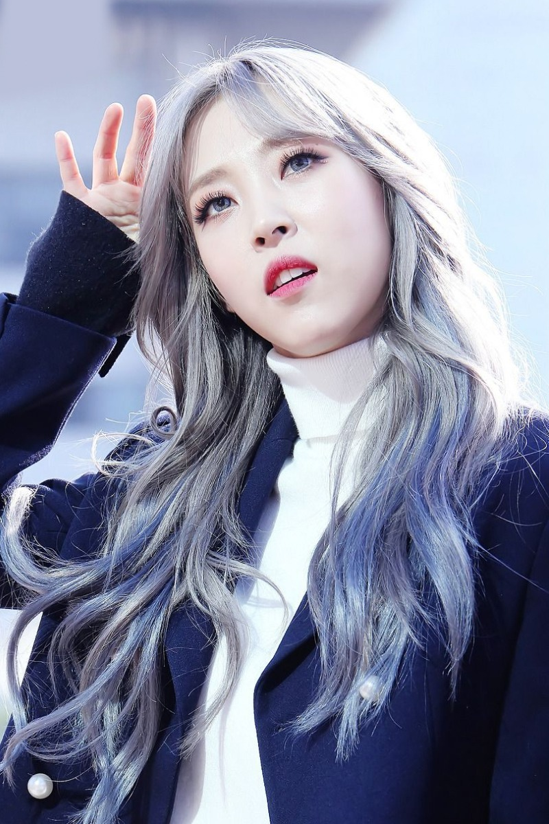 cabello color azul metalico Moon Byul-yi Moonbyul