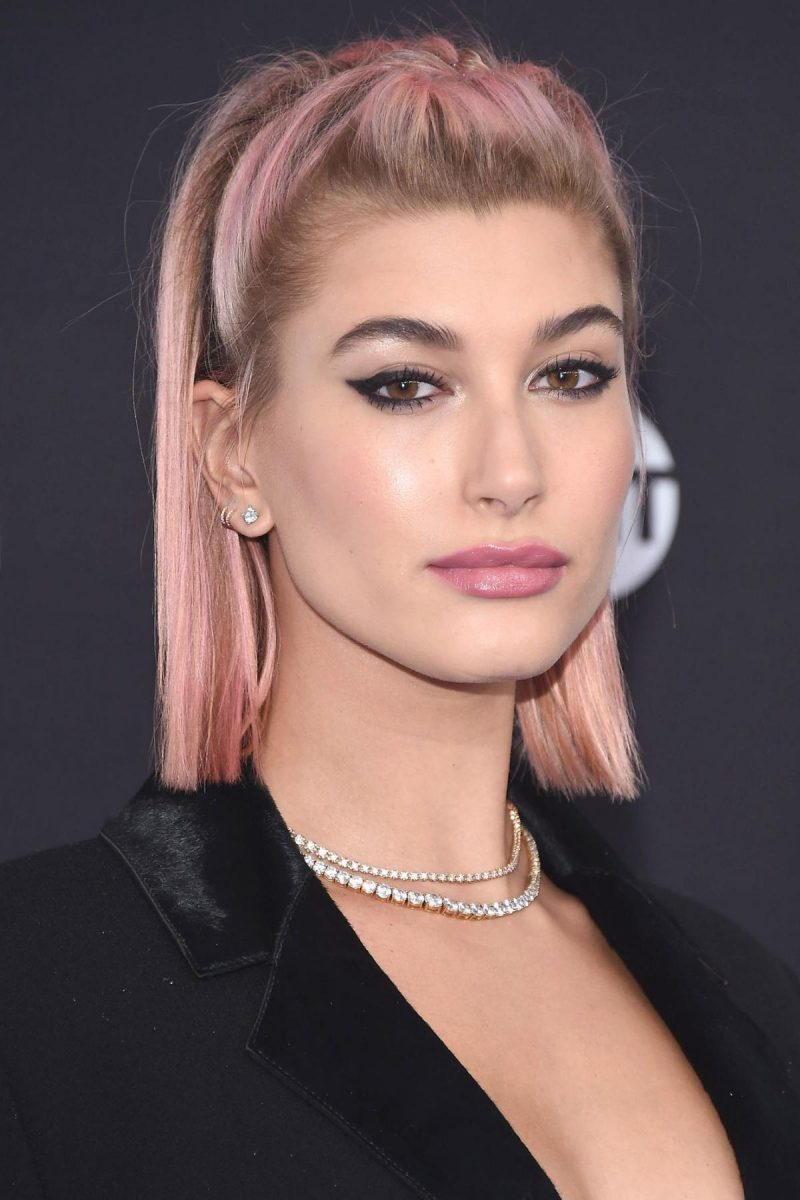 color de cabello rosa pastel Hailey Baldwin corte bob largo