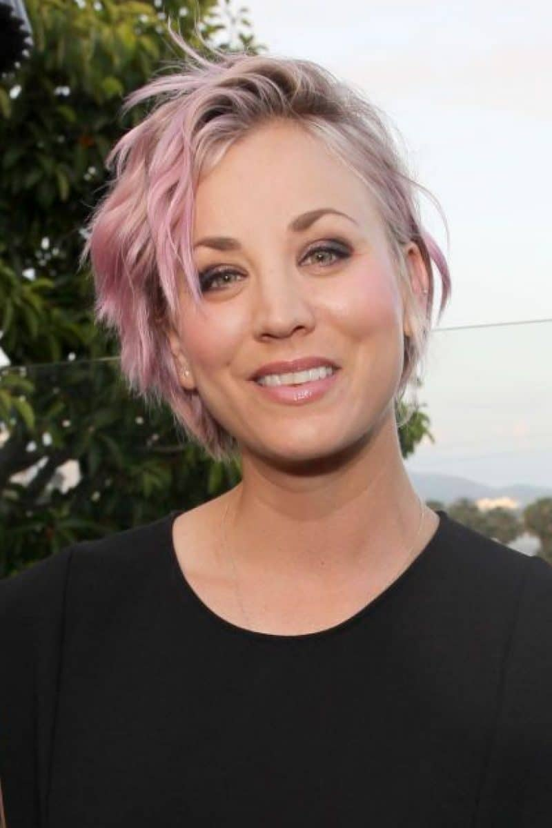 color de cabello rosa pastel Kaley Cuoco corte pixie